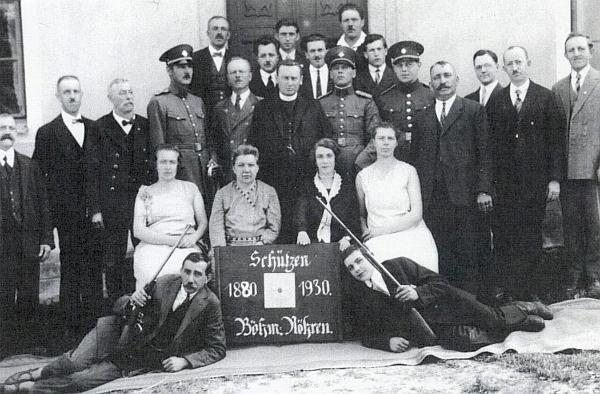Na fotografii střeleckého spolku v Českých Žlebech stojí v zadní řadě prvý odleva
