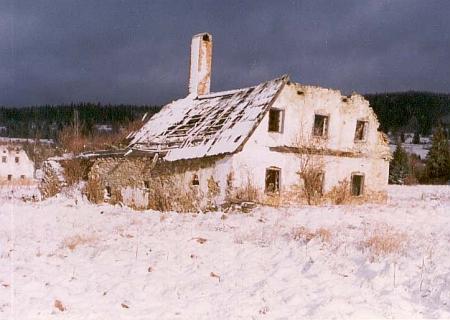 Rozpadající se stavení v Chlumanech na snímku z roku 1995