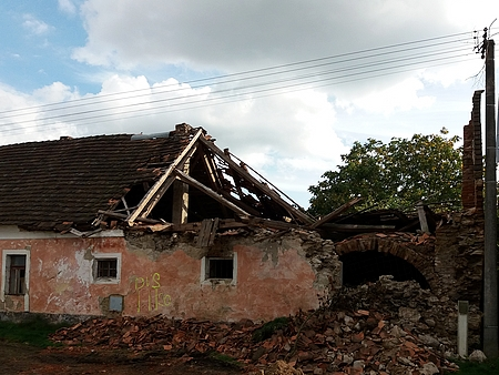 ... a zřícený krov v západní části domu v září téhož roku