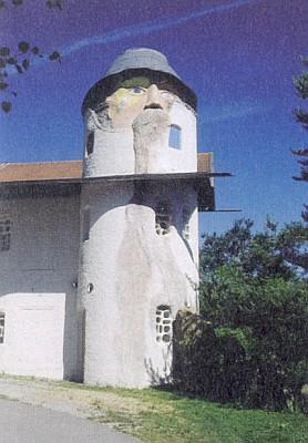 """Budova Gläserne Scheune s věží, která je """"autoportrétem"""" Schmidovým"""