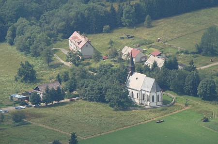 Svatý Tomáš se starým kostelním hřbitovem dnes na leteckém snímku