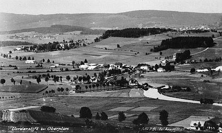 Takto ještě v prvé polovině 20. století vyhlížela krajina viděná od Horní Plané přes Bližší a Další Lhotu na Zvonkovou v pozadí (pohlednice J. Seidela)