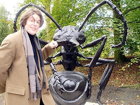 Se svou sochou mravence v arboretu plzeňské Zoologické a botanické zahrady