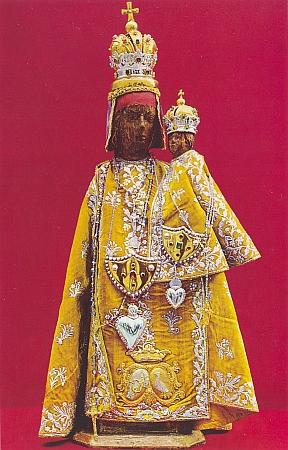 Slavnostní roucho sošky, protkávané stříbrem,pochází prý ze svatebního oděvu jedné české princezny
