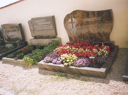 Hrob v Neukirchen beim Heiligen Blut (česky se tam říkalo Svatá Krev) vedle toho Siebzehnrieblova