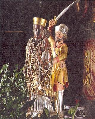 Soška Černé matky Boží ze Svaté Krve, které se chystá roztít hlavu český husita, poté, co začalo dřevo krvácet, obrátil se však na pokání