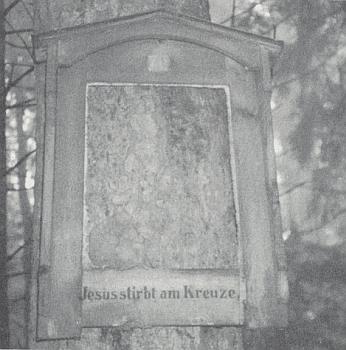 Jediný zachovaný rám obrazů křížové cesty v Urešském lese zachytil snímek z léta 1990