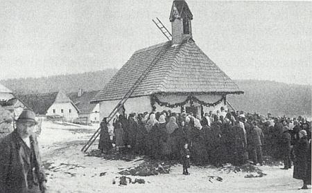 Svěcení zvonů před návesní kaplí v zaniklé osadě Linden, která byla součástí obce Reiterschlag, roku 1935