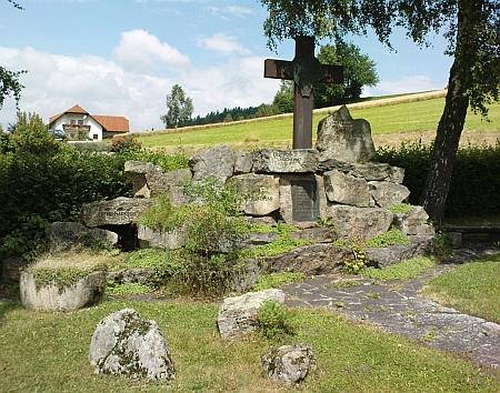 Památník zaniklých obcí kolem Vítkova Kamene u rakouského St. Oswaldu (kamenná kompozice Josefa Keinbergera)