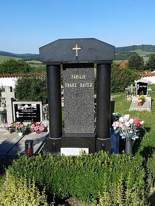 Hrob rodiny Bayerovy v Hořicích na Šumavě - je na něm položen původní náhrobní kámen