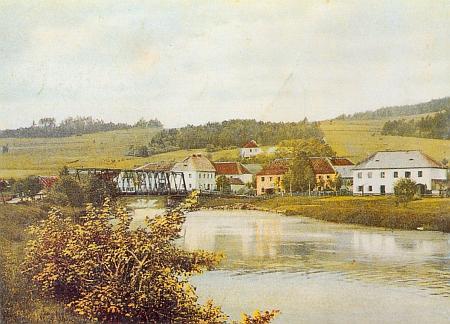 Bližší Lhota na kolorovaném snímku z roku 1906 i s mostem přes Vltavu