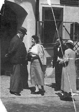 Americký velvyslanec v Československu schotí někdy ve třicátých letech dvacátého století před hořickým hostincem Zum Teufl - možná stojí za poznámku, že pašijové hry začínaly v půl desáté dopoledne, měly asi ikvůli místním hostincům polední přestávku na oběd a druhá část začínala ve dvě hodiny odpoledne