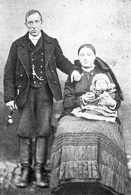 Praprarodiče Adalbert a Theresia Bettelmannovi z Mokré (s babičkou Josefou v náručí Theresiině)