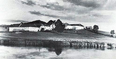 Rozlehlý vierkantové dvorce v dnes částečně zatopené Bližší Lhotě (Vorderstift)