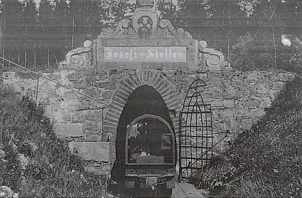 Poblíž hladiny Lipenského jezera zarůstá i vstup do Josefovy štoly Mokrá při někdejších schwarzenberských tuhových dolech, jejichž hlavní důlní díla jsou rovněž pod vodou (viz i Ingrid Feilová a Stefanie Machaceková)