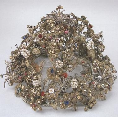 Jedním z nejcenějších exponátů Šumavského muzea v Pasově je tato svatební koruna zprvní půle 18. století