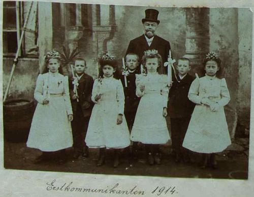 Se svými žáky při jejich prvním svatém přijímání osudného roku 1914