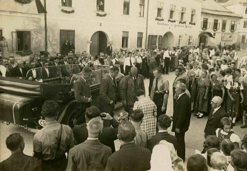 Konrad Henlein v Rožmberku nad Vltavou - na automobilu má ještě tabulku ČS