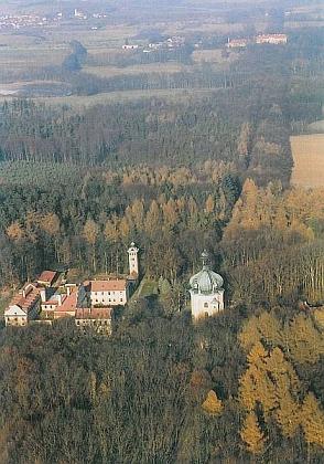 Lomec  a nový zámek v Libějovicích (vpravo nahoře), kde kdysi na redemptoristickém semináři studoval i Antonín Liška, kus buquoyskeho dědictví v Čechách