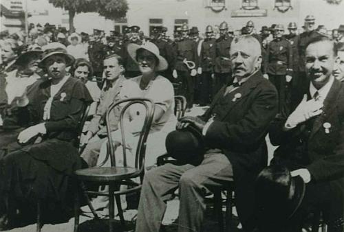 Druhý zprava tu při vysvěcení památníku padlým v Rožmberku nadVltavou sedí vrchní lesní rada Bažant