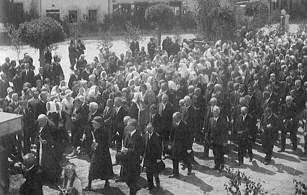 Tady kráčí o Božím těle v Rožmberku nad Vltavou spolu s městskou honorací včetně hraběte a hraběnky Buquoyových ve čtvrtém trojstupu