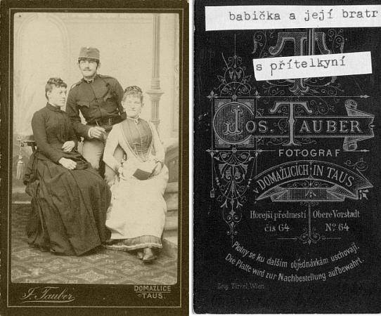 Líc a rub dvou bohužel nedatovaných fotografií firmy Josef Tauber v Domažlicích (Taus), jejíž ateliér je pozadím dvojice sourozenců Bazzanellových a na jednom ze snímků i spolu s nimi zachycené Josefovy přítelkyně