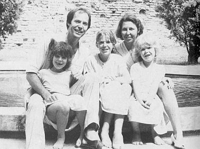 Peter Becher se ženou a třemi dcerami