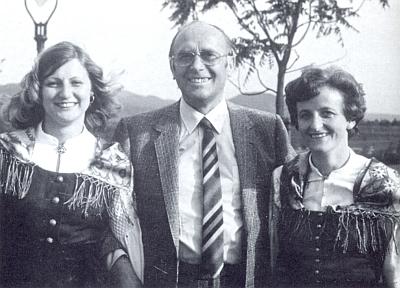 Jeho otec Walter Becher se šumavskými dívkami v krojích (ta napravo je Renate Slawiková, roz. Sowová)