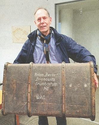 S dědečkovým kufrem z dobytčího vagonu odsunu, který věnoval Sudetoněmeckému muzeu