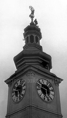 Odstranění hákového kříže z radniční věže 5. května 1945 navečer