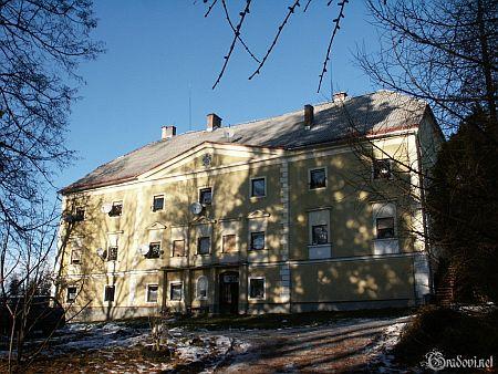 Dvorec Plevna s jeho rodovým erbem na průčelí