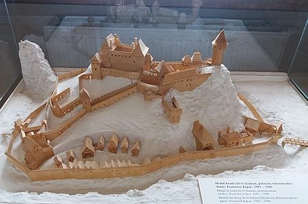Autorem modelu hradu Dívčí Kámen ve sbírkách českokrumlovského muzea je František Kápar