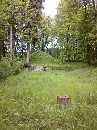 Park u zámku Červený Důr - obelisk a zbytky barokního přírodního divadla