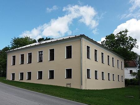 ... a opravená budova v roce 2021 (sídlí tu obecní úřad)