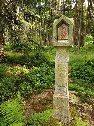 Jedna z šumavských památek na nesčetné střety mezi pytláky ahajnými: boží muka u Svatotomášské studánky, kde kdysi pytláci zastřelili hajného