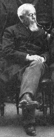 Na výřezu ze skupinového snímku se spolustraníky z roku 1906 - když v Österreichische Illustrierte Zeitung v roce 1915 oznamovali jeho úmrtí, vyretušovali tutéž fotografii