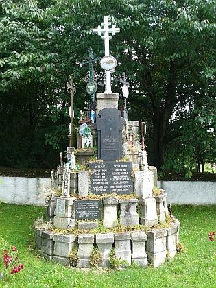 Památník ze zbylých náhrobků v rodném Slavkově na snímcích z let 2015 a 2016