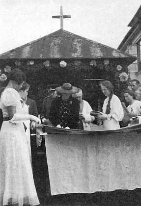 Paní Ilse Spiro -  ta dívka s copem vedle ní je Nelly Irsiglerová, provd. Kainzbauerová, při svěcení praporu sdružení veteránů ve Větřní v srpnu roku 1937