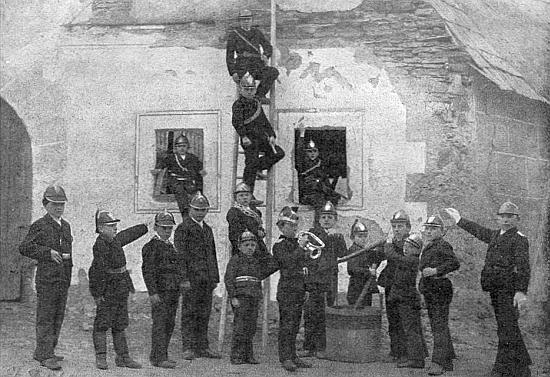 Tento snímek provázel v krajanském časopise jeho vzpomínku na hasičský sbor žáků školy ve Slavkově, jehož byl členem
