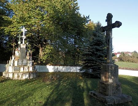 Památník zbylých náhrobků v rodném Slavkově na snímcích z let 2015 a 2016
