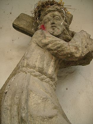 Socha Krista nesoucího kříž v nice u vnější zdi katedrály sv. Mikuláše v Českých Budějovicích stála kdysi v Trojaňském lese v blízkosti kaple