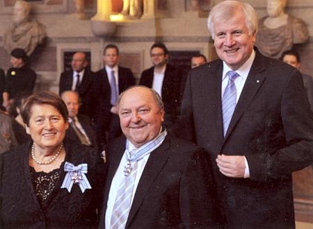 S bavorským premiérem Horstem Seehoferem jsou tu manželé zachyceni v roce 2014 přiudílení Bavorského řádu za zásluhy