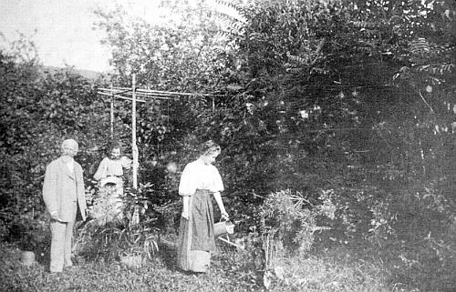 Její otec Eduard Bergmann, okresní školní inspektor v Prachaticích, zachycen na jednom ze snímků i se dvěma dcerami na zahradě svého domu