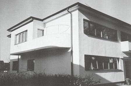 Nájemní dům ve švédském Astorpu, kde s manželem žili v bytě s balkonem nalevo