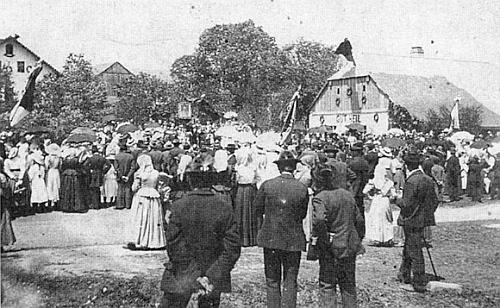 Svěcení praporu v jedné ze vsí, o které Bernau píše ve svém textu, totiž ve Skelné Huti u Nýrska v roce 1908