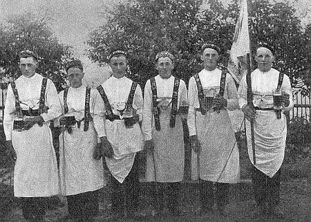 Toho už se nedožil: mládenci z Fleků, na snímku z roku 1935 o místním posvícení, padli všichni do jednoho ve druhé světové válce