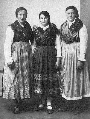Děvčata z Fleků v šumavských krojích na snímku z roku 1932