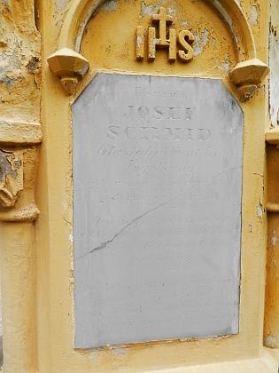 Hrob majitele sklářské huti Vogelsang, Josefa Schmida (1802-1866), na hřbitově v Kašperských Horách