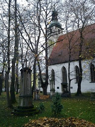 Staroměstský hřbitov, kde byl pohřben, na dvou snímcích z listopadu 2013