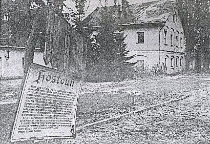 Pohled do areálu bývalého loveckého zámečku v Hostouni v polovině devadesátých let 20. století